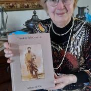 La remise de son ouvrage à Mme Grenier